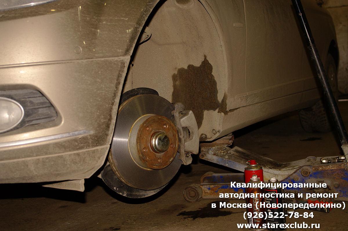 """Замена тормозных колодок и проточка задних и передних тормозных дисков на Мерседес """"С""""-класс 240 кузов."""